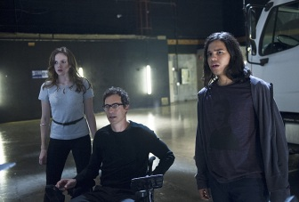 """The Flash -- """"Power Outage"""" -- Image FLA107c_0044b -- Pictured (L-R): Danielle Panabaker as Caitlin Snow, Tom Cavanagh as Dr. Harrison Well, and Carlos Valdes as Cisco Ramon -- Photo: Diyah Pera/The CW -- © 2014 The CW Network, LLC. All rights reserved."""